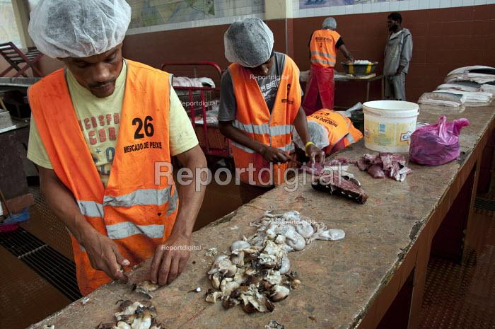 Men gutting and filleting fish at a fish market, Sao Vincente, Cape Verde Islands, Africa - Janina Struk - 2013-12-20