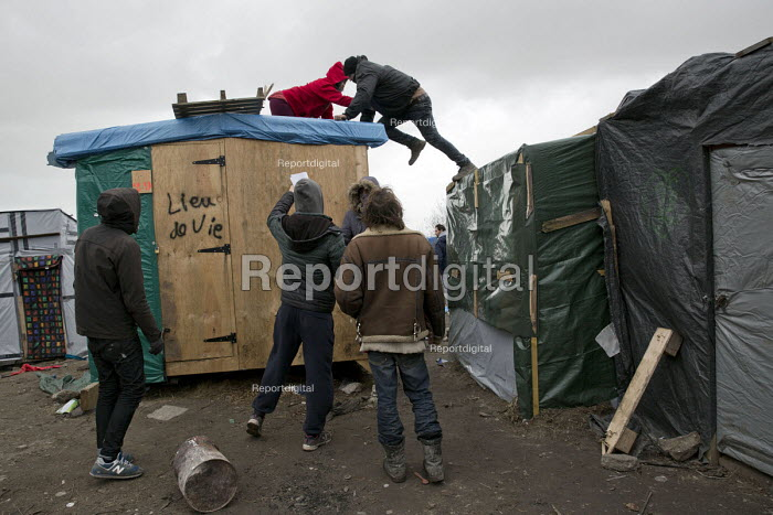 Activists occupy rooftops, demolition of the makeshift Jungle refugee camp, Calais, France - Jess Hurd - 2016-03-02