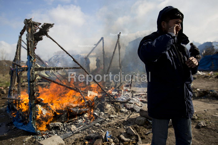 Shacks burning down, demolition of the Jungle refugee camp, Calais, France - Jess Hurd - 2016-03-03