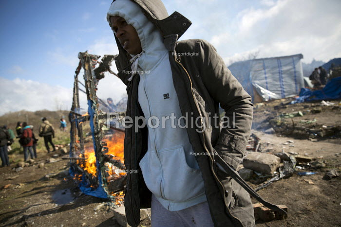 Shacks burning down, demolition of the Jungle refugee camp, Calais, France - Jess Hurd - 2016-03-03