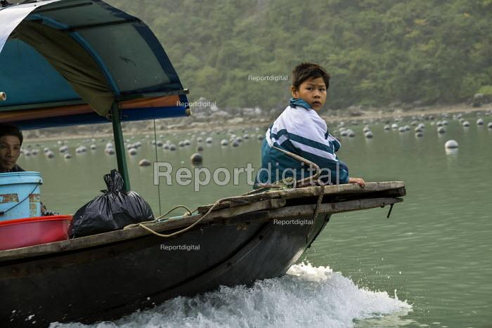 Fishing boat, Ha Long Bay, North Vietnam - David Bacon - 2015-12-09