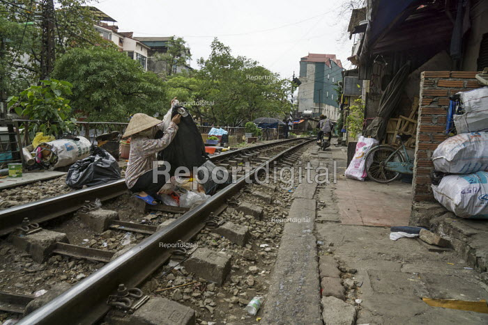 Homes next to the railway tracks, Hanoi, Vietnam - David Bacon - 2015-12-09