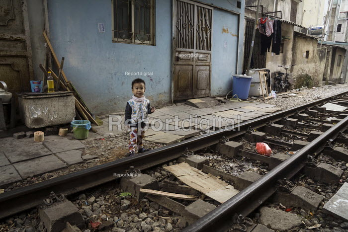 Homes next to the railway tracks, Hanoi, Vietnam - David Bacon - 2015-12-09