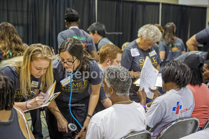 Jacksonville, Florida 3000 uninsured patients recieving free dental treatment by 1,000 volunteers at a free two-day Mission of Mercy dental clinic - Jim West - 2016-04-22