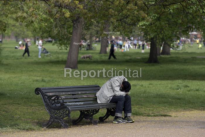 Man sleeping on a park bench, Kensington Gardens, London - Philip Wolmuth - 2016-05-08