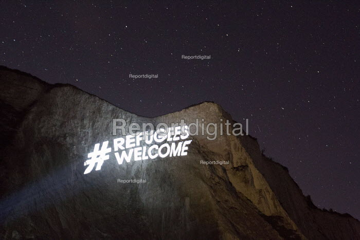 Refugees welcome projected across the white cliffs of Dover. Collaboration between campaign organisation Global Justice Now and guerrilla projectionists Feral X. - Jess Hurd - 2016-04-01