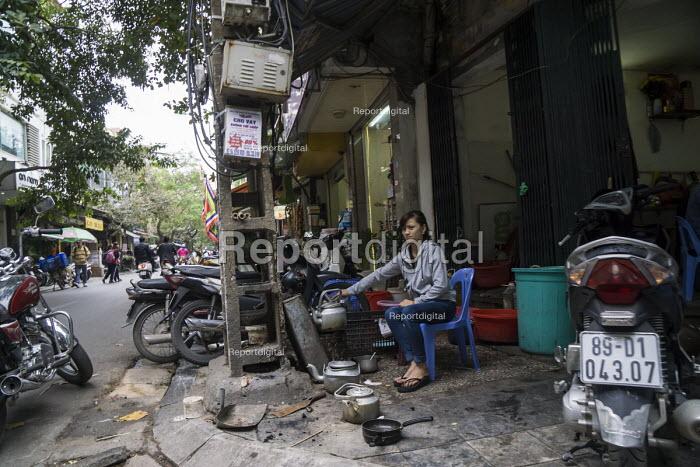 Hanoi, Vietnam, making tea at a street stall - David Bacon - 2015-12-09