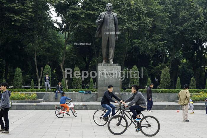 Hanoi, Vietnam, cyclists, Lenin Park - David Bacon - 2015-12-09