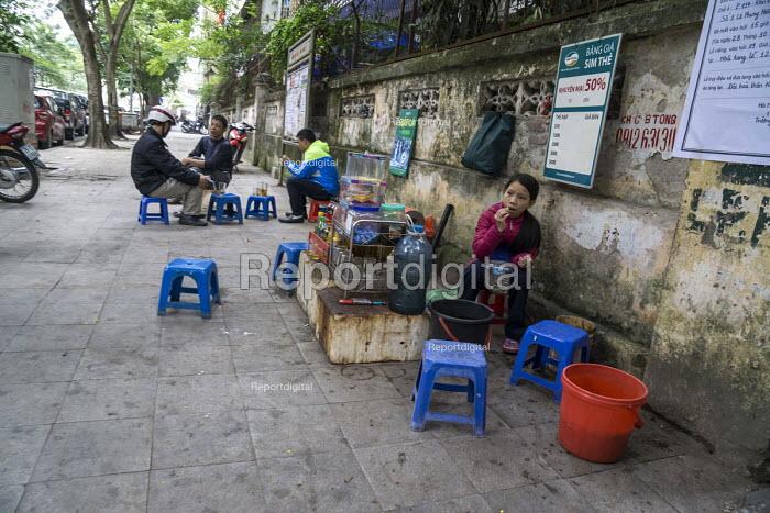 Eating at a street stall, Hanoi, Vietnam - David Bacon - 2015-12-09