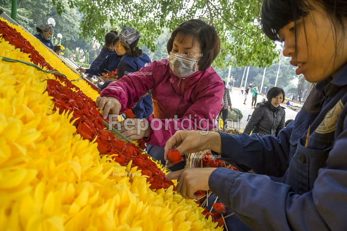 Women preparing a floral display, Lenin Park, Hanoi, Vietnam - David Bacon - 2015-12-09