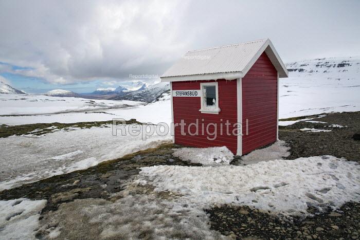 Emergency shelter hut, Stefansbud mountain pass, East Iceland. - Jess Hurd - 2016-05-05