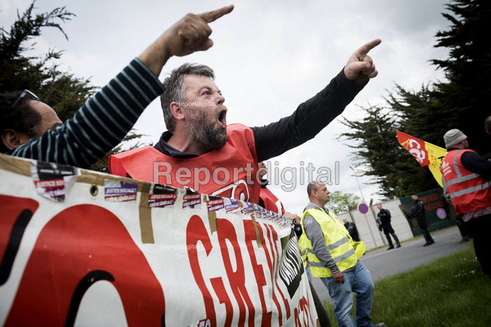 Anger at Police spraying tear gas as GCT block access to a fuel depot on the outskirts of Rennes, Unions strike against proposed labor reforms, France - Jean Claude Moschetti - 2016-05-20