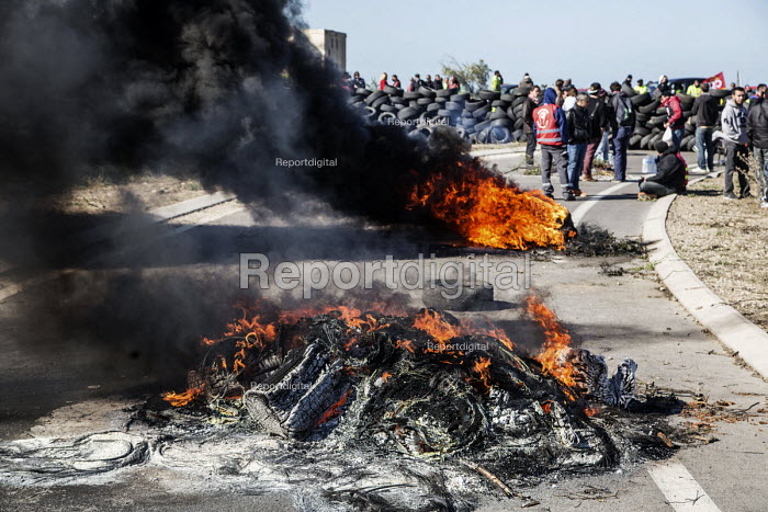Burning tyres as CGT pickets blockad oil refinery, Fos sur Mer. Unions strike against proposed labor reforms, France - Ian Hanning - 2016-05-23