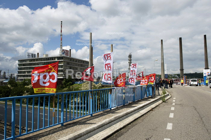 Union flags, strike against proposed labor reforms, Total oil refinery, Feyzin, France - Laurent Cerino - 2016-05-24