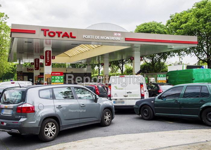 Cars queuing at a petrol station. Fuel shortage as unions blockade fuel depots and refineries, Porte de Montreuil, Paris, France. Unions strike against proposed labor reforms, France - Gilles Rolle - 2016-05-24