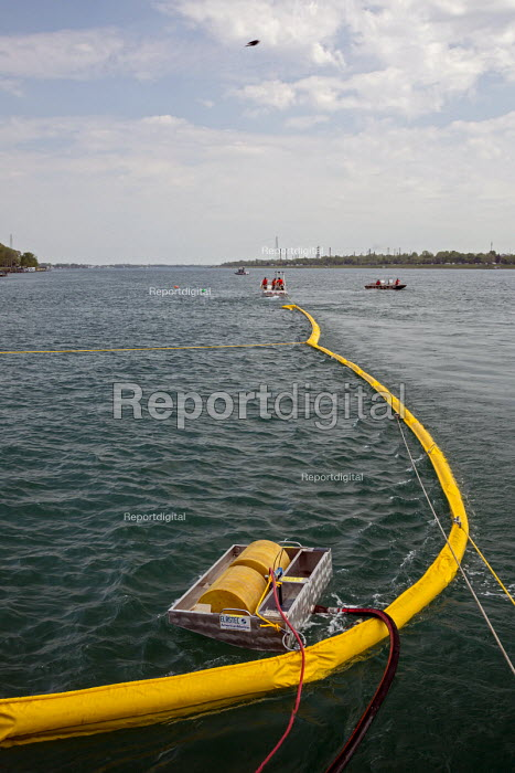 Marysville, Michigan U.S. Coast Guard training for an oil spill, where two Enbridge Energy pipelines cross the St. Clair River between the USA and Canada - Jim West - 2016-05-25