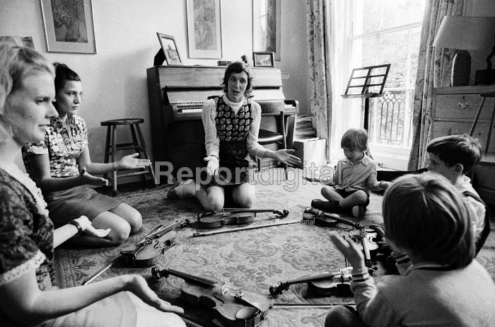 Helen Brunner teaching violin using the Suzuki method to children at her home, London, 1970. These were some of the first lessons using the Japanese method of teaching the violin in the UK - Jeanne Hendry - 1970-08-25