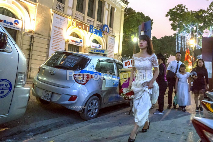 Hanoi, Vietnam, bride and helpers getting ready for a wedding on a street in Hanoi. - David Bacon - 2016-01-05