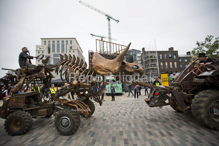 Punkx festival celebrating 40 years of punk, performance from the Mutoid Waste Company, Kings Cross, London. Triceratops Tractor taking on Giant bull created by Jo Rush - Jess Hurd - 2016-06-04