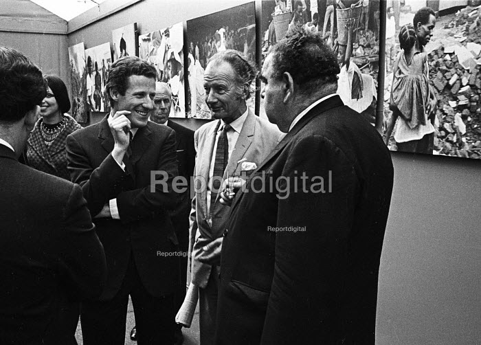 Opening of a photographic exhibition by Romano Cagnoni of Report on Biafra during the Nigerian Civil War, London, 1969. The exhibition was staged in a tent in Trafalgar Square and sponsored by The Spectator Magazine. Left to Right: Photographer, Romano Cagnoni, journalist James Cameron & Lord Goodman. - Patrick Eagar - 1969-10-10