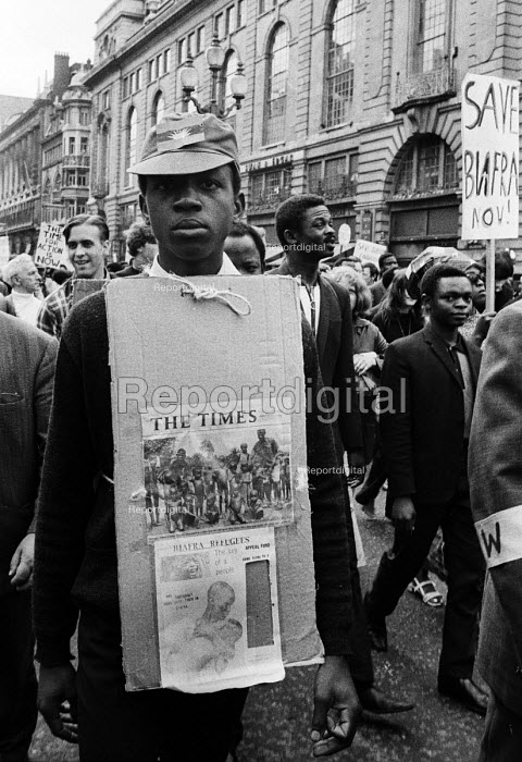 Supporters of Biafra protest against the British Government supplying arms to Nigeria during the Civil War, London, 1968 - Romano Cagnoni - 1968-06-23