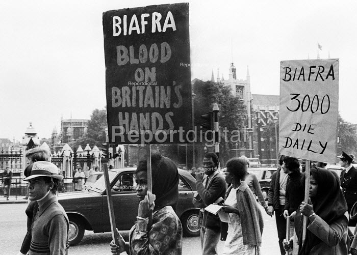 Supporters of Biafra protest against the British Government supplying arms to Nigeria during the Civil War, London, 1968 - Romano Cagnoni - 1968-08-07