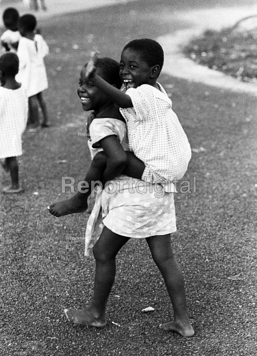 Biafran children who lost their parents during the Nigerian Civil War, orphanage, Sao Tome, 1968 - Romano Cagnoni - 1968-11-27