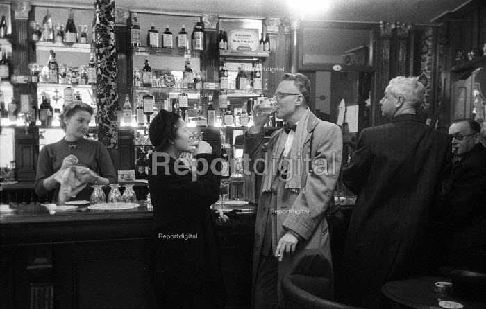 American professional couple drinking in a bar, London, 1958 - Alan Vines - 1958-11-24