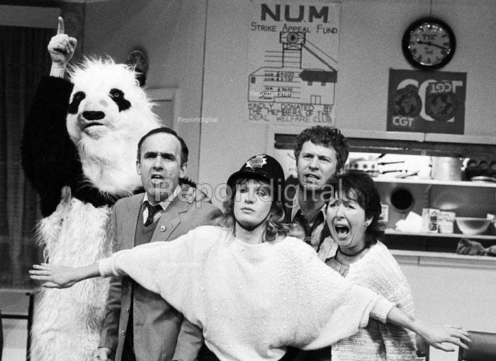 The Garden Of England, staged at the Shaw Theatre, London, 1985 written and performed by the 7:84 Theatre Company and based on the 1984-1985 Miners Strike. (L to R) Andy Smith in panda costume, Pip Donaghy, Eve Bland, Derek Thompson, Linda Broughton. Derek Thompson was later a member of the cast of the BBC TV series Casualty - Stefano Cagnoni - 1985-02-13