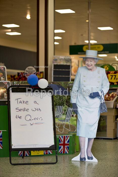 Take a selfie with the Queen, cardboard cutout of Queen Elizabeth II 90th birthday celebration weekend, Morrisons Supermarket, Stratford upon Avon - John Harris - 2016-06-11