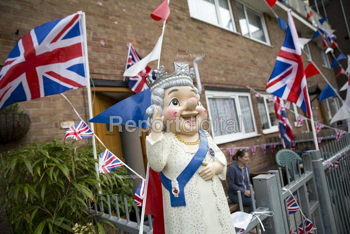 Queen gnome waving. Queen Elizabeth II 90th birthday celebration weekend, Tower Hamlets, East London - Jess Hurd - 2016-06-10
