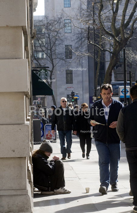 Young homeless person begging on the streets of London being ignored by people passing by. - Stefano Cagnoni - 2015-03-07