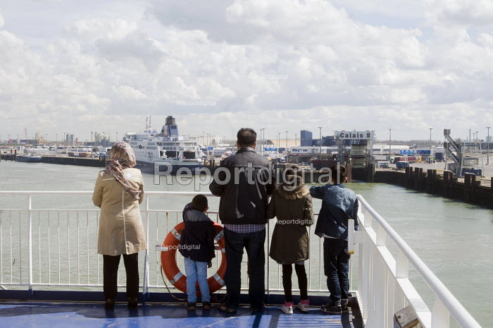British family on a ferry as it leaves the port of Calais, France, heading across the English Channel to Dover in the UK. - Stefano Cagnoni - 2016-04-12