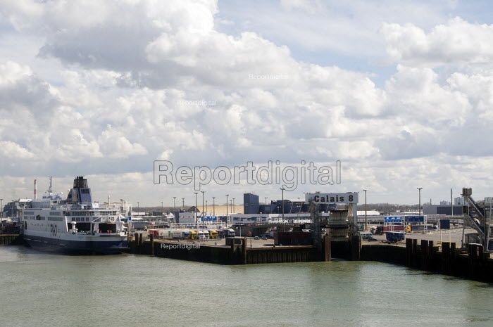 P&O ferry waiting in the port of Calais, France. - Stefano Cagnoni - 2016-04-12