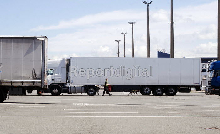 Security with a sniffer dog checking lorries for hidden immigrants and refugees trying to make their way to the UK, Port of Calais, France - Stefano Cagnoni - 2016-04-12