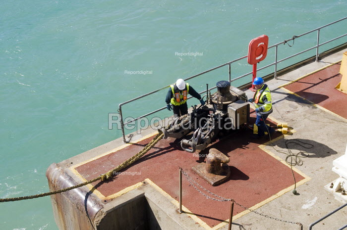 Dockers using hand signals, helping a passenger ferry to dock on arrival, Port of Dover - Stefano Cagnoni - 2016-04-12