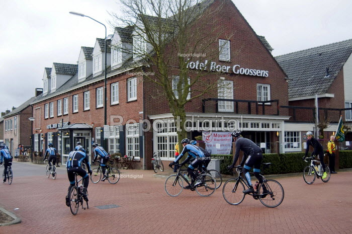Amateur cyclists on the first leg of a road race early on a Sunday morning, Holland. - Stefano Cagnoni - 2016-03-20