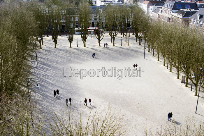 Pedestrians in the snow, tree lined square enjoying a leisurely stroll, s-Hertogenbosch, Holland - Stefano Cagnoni - 2016-03-20