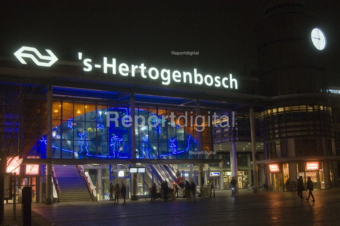 Passengers making their way to the railway station at night, s-Hertogenbosch, Holland - Stefano Cagnoni - 2016-03-20