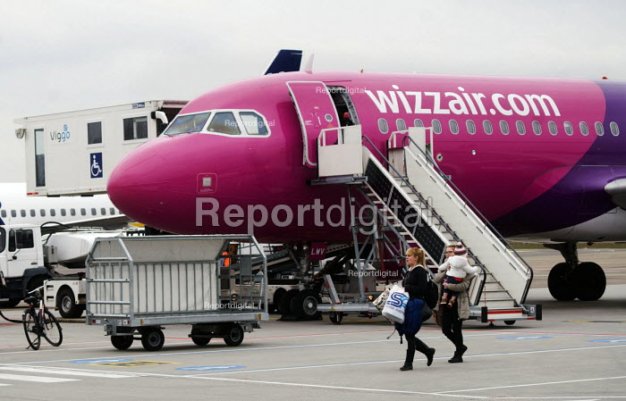 Passengers disembarking from a Wizzair aircraft at Eindhoven airport, Holland. - Stefano Cagnoni - 2016-03-21