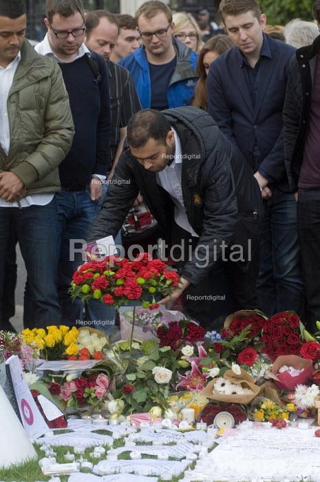 Vigil in Parliament Square for Jo Cox MP. A man lays a bouquet in remembrance of the Labour MP. Vigil in Westminster for murdered Labour MP, Jo Cox, London - Stefano Cagnoni - 2016-06-17