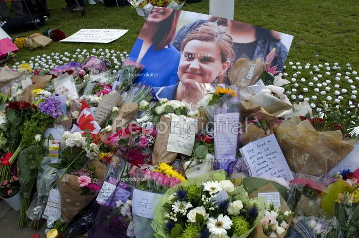 Vigil in Parliament Square for Jo Cox MP. Vigil in Westminster for murdered Labour MP, Jo Cox. Floral tributes from the British public to the MP line Parliament Square - Stefano Cagnoni - 2016-06-17