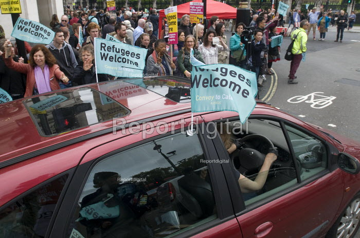 Convoy to Calais. Supporters wave as a convoy of cars leaves Whitehall carrying aid and suppliesfpr refugees stranded in makeshift camps in Calais, France. - Stefano Cagnoni - 2016-06-18
