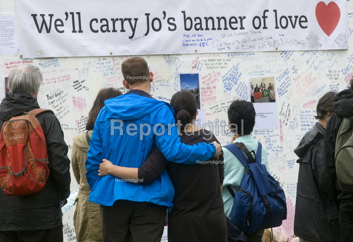 Jo Cox murder. Convoy to Calais supporters looking at flowers and messages left for murdered Labour MP Jo Cox, Parliament Square, London - Stefano Cagnoni - 2016-06-18