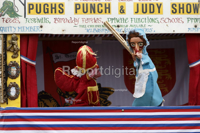 Puchs Punch and Judy show, Silcester Village Fete, Berkshire - John Harris - 2016-06-18