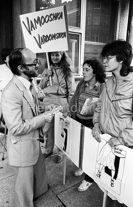 Varoomshka picket at the NUJ, London, 1983. NUJ trade union members picket NUJ HQ in protest at the cartoon appearing in their union journal The Journalist. It was considered to be sexist and therefore against NUJ policy Journalist, Angela Phillips (R) - Stefano Cagnoni - 1983-09-16