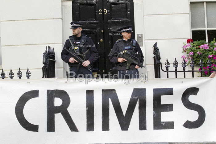 Armed police as protesters try and arrest Tony Blair for war crimes outside his house on the publication of the Chilcot Report on the Iraq war. London. - Jess Hurd - 2016-07-06