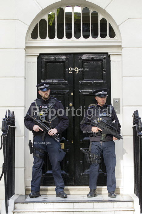 Armed police outside the house of Tony Blair on the publication of the Chilcot Report on the Iraq war. London - Jess Hurd - 2016-07-06