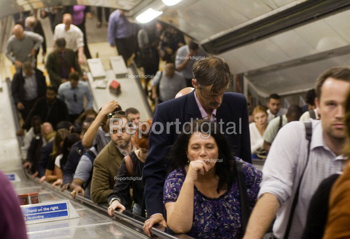 Tired commuters at the end of their working day on the escalator at an over-crowded Victoria Station during the early evening rush-hour. - Stefano Cagnoni - 2016-07-11
