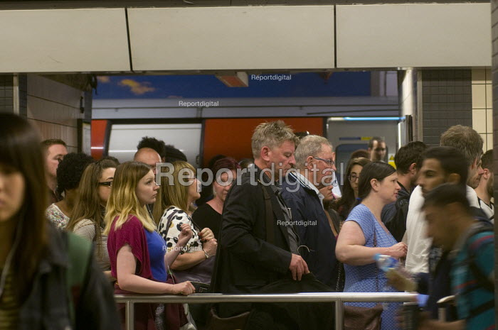 Tired commuters at the end of their working day walking from the underground platform to the exits at Victoria Station during the early evening 'rush-hour'. - Stefano Cagnoni - 2016-07-11